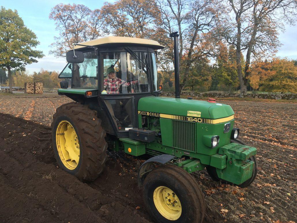 """Malin och Sara ville plöja med en """"lagom """"stor traktor först 😊"""